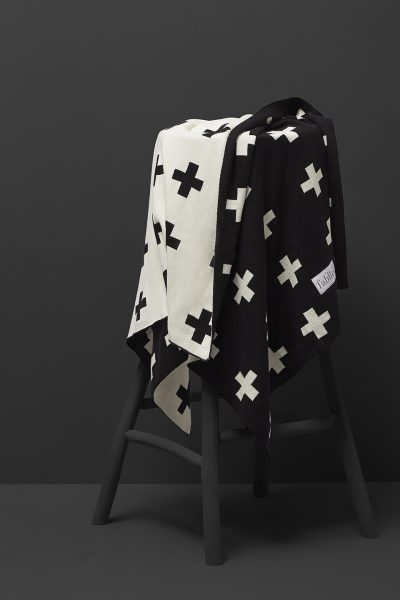 fabliek black and white knitted blanket